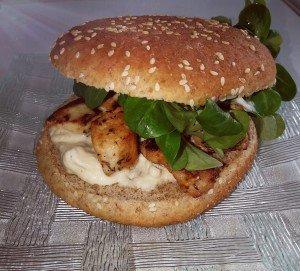 Burger poulet mariné au miel et sa sauce au chèvre